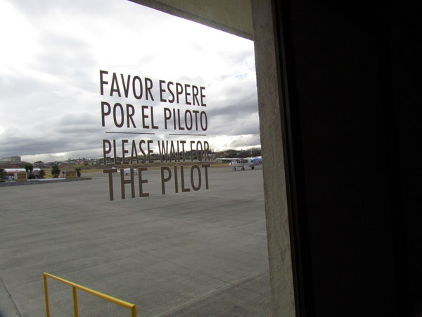 Favor Espere por el Piloto - Please Wait for the Pilot